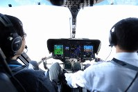 毎日新聞社が共同通信社と東京・羽田格納庫に新たに導入した取材用ヘリコプター「はばたき」の操縦席=東京都大田区で2019年3月21日、尾籠章裕撮影