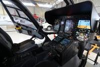 毎日新聞社が共同通信社と東京・羽田格納庫に新たに導入した取材用ヘリコプター「はばたき」の操縦席の計器板=東京都大田区で2019年3月21日、尾籠章裕撮影