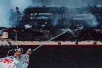 煙を上げて燃える屋形船=東京都葛飾区の荒川で2019年3月27日午後5時57分、本社ヘリから渡部直樹撮影