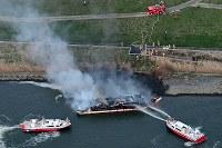 煙を上げて燃える屋形船=東京都葛飾区の荒川で2019年3月27日午後5時52分、本社ヘリから渡部直樹撮影