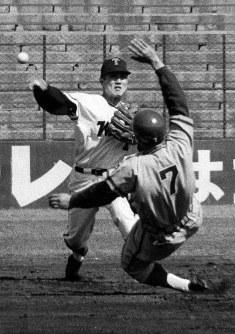 センター前に安打した広島・山本を二封した近藤選手=川崎球場で1966年4月16日撮影