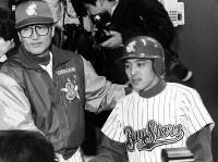 サヨナラ満塁本塁打で今季初白星をあげ、進藤(右)と喜ぶ横浜の近藤監督=横浜スタジアムで1993年4月16日撮影