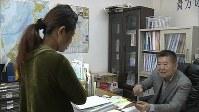 外国人技能実習生の支援を続ける甄凱さん(右)=MBS提供