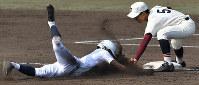 【富岡西-東邦】四回裏東邦1死二塁、打者・成沢の時、河合が三塁を狙うがタッチアウト(野手・吉田)=阪神甲子園球場で2019年3月26日、山田尚弘撮影
