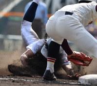 【富岡西-東邦】四回裏東邦1死二塁、打者・成沢の時、河合が三塁を狙うがタッチアウト=阪神甲子園球場で2019年3月26日、徳野仁子撮影