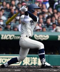 【松山聖陵-大分】一回裏大分1死一、二塁、中尾が右中間2点二塁打を放つ=阪神甲子園球場で2019年3月27日、山田尚弘撮影