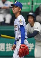 【松山聖陵-大分】一回裏大分1死一、二塁、中尾(右)に2点二塁打を許し、打球の行方を追う松山聖陵の先発・平安山=阪神甲子園球場で2019年3月27日、猪飼健史撮影