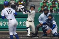 【松山聖陵-大分】一回裏大分1死一、二塁、中尾が右中間2点二塁打を放つ(投手・平安山、捕手・岸田)=阪神甲子園球場で2019年3月27日、猪飼健史撮影