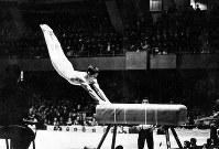 1964年東京五輪の跳馬で「新山下跳び」を披露する松田(旧姓・山下)治広さん