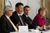 French President Emmanuel Macron, 2nd right, Chinese President Xi Jinping, German Chancellor Angela Merkel and European Commission President Jean-Claude Juncker, left, hold a press conference at the Elysee presidential palace in Paris, on March 26, 2019. (AP Photo/Thibault Camus, Pool)