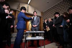 トランプ米大統領との電話会談を終えて記者団の取材に応じた安倍晋三首相(中央、首相公邸で2019年2月28日)