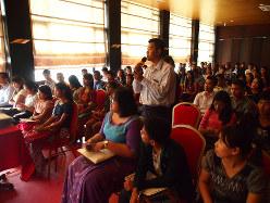 セミナーで質問するミャンマー人の日本語教師=ヤンゴン(筆者撮影)