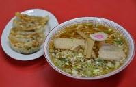 元祖喜多方ラーメンを受け継ぐ源来軒のラーメン。左は人気のギョーザ=福島県喜多方市で2019年3月18日、湯浅聖一撮影