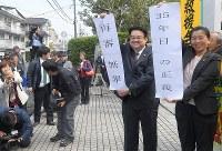 宮田浩喜さんの無罪判決を伝える弁護士=熊本市中央区で2019年3月28日午前10時14分、津村豊和撮影