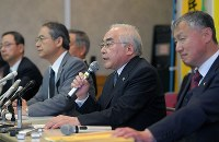宮田浩喜さんの無罪判決を受け、記者会見する弁護団=熊本市中央区で2019年3月28日午前11時、津村豊和撮影