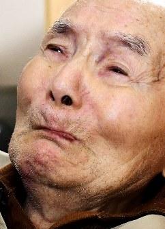 弁護士らから再審無罪の報告を受け、一瞬唇をかみしめた宮田浩喜さん=熊本市西区で2019年3月28日午後0時半ごろ(代表撮影)