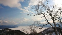 雄大な屈斜路湖を望む=北海道弟子屈町で2019年3月24日午後3時、今村茜撮影