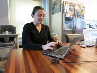 自宅勤務の際は、リビングで仕事をしていたというリサ=バークリーで2月、石山絵歩撮影