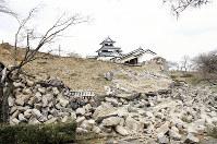 東日本大震災直後の小峰城跡本丸南面。石垣が広範囲に手前へ向けて崩れ落ちた(白河市提供)