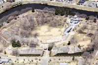 東日本大震災直後に上空から撮影した小峰城跡本丸南側の被災状況(白河市提供)