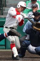 【智弁和歌山-熊本西】四回表智弁和歌山2死二、三塁、硲が右中間2点三塁打を放つ=阪神甲子園球場で2019年3月28日、玉城達郎撮影