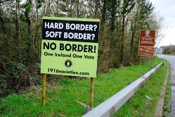 アイルランド国境に立てられた、国境管理に反対する看板(Bloomberg)