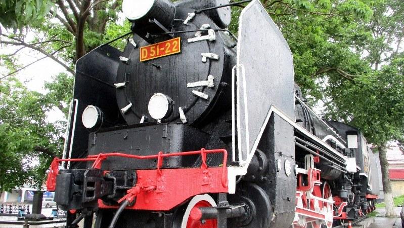 ユジノサハリンスク駅近くに野外展示されているデゴイチ蒸気機関車。日本統治時代の名残の一つ(写真は筆者撮影)