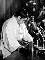 「めいわくかけました」と神妙な面持ちで会見する双羽黒=東京都港区の共同通信社で、1987年12月31日撮影