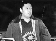 廃業後初めて津市に帰省した元横綱双羽黒=三重県津市の自宅前で、1988年1月9日撮影
