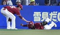【ロッテ―楽天】五回裏ロッテ無死、田村の打球を好捕し笑顔を見せる楽天のオコエ(右)=ZOZOマリンスタジアムで2019年3月29日、藤井達也撮影