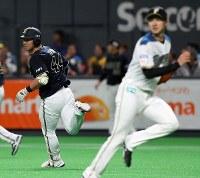 【日本ハム―オリックス】一回表オリックス1死満塁、右前2点適時打を放ち、走者の動きを見る頓宮(左)。右は日本ハム・先発の上沢=札幌ドームで2019年3月29日、貝塚太一撮影