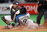 【日本ハム―オリックス】三回裏日本ハム2死一、二塁、近藤の右前適時打で中島が生還(捕手・若月)=札幌ドームで2019年3月29日、貝塚太一撮影