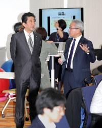 味の素本社で働き方改革の視察を行う安倍晋三首相(左)=東京都中央区で2019年3月29日午前10時12分(代表撮影)