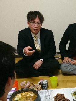 食事をしながらベトナム人技能実習生たちの話を聞く岡部文吾さん=東京都内で2019年3月、和田武士撮影