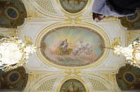 45年ぶりの修復を終えた「朝日の間」の天井絵画「暁の女神オーロラ」=東京・元赤坂の迎賓館赤坂離宮で2019年3月29日、小林努撮影