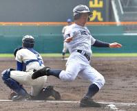 【盛岡大付-龍谷大平安】一回裏龍谷大平安1死満塁、三尾の左前打で三塁走者に続き二塁から水谷が生還(捕手・島上)=阪神甲子園球場で2019年3月29日、徳野仁子撮影