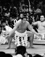 不知火型で堂々の土俵入りをする双羽黒(北尾光司さん)=両国国技館で、1986年9月15日撮影