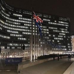 ブリュッセルのEU本部前に掲げられた英国旗=八田浩輔撮影