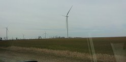 マリウポリからオデッサへ続く道路沿いでは風力発電施設も。付近では草木が茂り始めていた=ウクライナ南部で、大前仁撮影