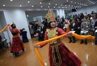 地元住民との交流会でインドネシアの踊りを披露する実習生たち。会を共催した宮城県国際化協会の大泉貴広さんは「実習生の存在は地域活性化にもつながるし、復興にも貢献している」と話す=宮城県塩釜市で2019年1月27日、久保玲撮影