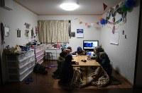 水産加工場での仕事を終え、寮で日本やインドネシアの歌を歌って過ごす実習生たち=宮城県塩釜市で2019年1月28日、久保玲撮影
