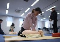 監理団体が防災意識を高めてほしいとベトナムの実習生に実施している心臓マッサージの訓練=岩手県大船渡市で2019年1月29日、久保玲撮影