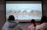 実習生を対象にした防災講習会で映し出される東日本大震災の津波の映像=岩手県大船渡市で2019年1月29日、久保玲撮影