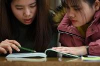 ボランティアによって毎週開かれている日本語教室で勉強するベトナムの実習生=福島県郡山市で2019年2月24日、久保玲撮影