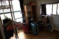 これまでに15人の実習生たちが身を寄せたシェルター。既にシェルターを出た実習生のスーツケースや服がそのまま残っていた=福島県郡山市で2019年2月23日、久保玲撮影