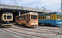 浦上車庫に停車する(手前から)1952年製の1051号、1955年製の701号、1925年製の151号=長崎市で2019年3月30日、今野悠貴撮影