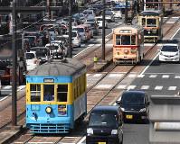 長崎市中心部を走る(先頭から)151号、701号、1051号=長崎市で2019年3月30日午後2時9分、今野悠貴撮影