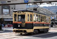 1051号は仙台市交通局の車両として1952年にデビューした=長崎市のJR長崎駅前で2019年3月30日午後2時22分、今野悠貴撮影