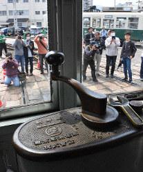当時の面影が残る151号の運転席=長崎市大橋町の浦上車庫で2019年3月30日午前11時49分、今野悠貴撮影