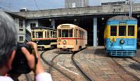 浦上車庫に停車する(左から)1952年製の1051号、1955年製の701号、1925年製の151号=長崎市で2019年3月30日午前11時13分、今野悠貴撮影